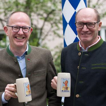 KWA Vorstände Dr. Stefan Arend (links) und Horst Schmieder beim KWA Maibaumfest