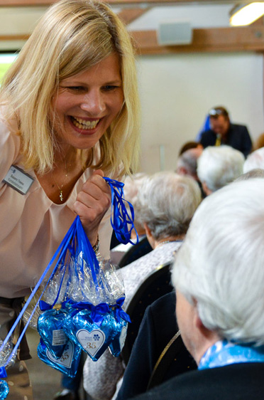 Süße Überraschung: Kundenbetreuerin Susann Treese verteilte blaue KWA-Herzen an alle Besucher der Festveranstaltung.