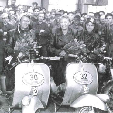 Elga, Ilse und Anneliese Thouret (v. l.) beim Empfang in den Hoffmann Werken, nach der ADAC Deutschlandfahrt 1951 - Elga war in einen Unfall verwickelt worden; Ilse erzielte eine silberne Plakette in der Motorrollerklasse, Anneliese sogar eine goldene