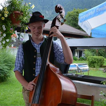 """Florian Hampel von der """"Haustischmusi Rottach"""" bei der Feier im Rupertihof zum 50sten Geburtstag von KWA Kuratorium Wohnen im Alter"""