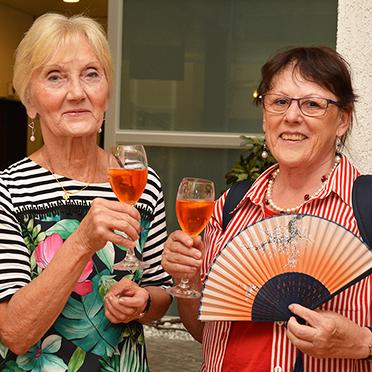 rechts: Judith Steinbrenner, die Leiterin der Tanzgruppe des KWA Parkstifts Aeskulap