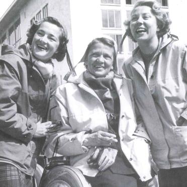 """Elga, Ilse und Anneliese Thouret (v. l.) im Jahr 1950. Das """"B R"""" des Kennzeichens steht für """"Britisch Rheinland"""""""