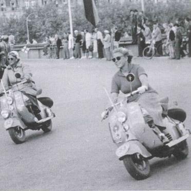 """Mitte Juli 1950 präsentierte das Thouret-Trio  für NSU und den Radiohersteller Becker bei der IRA-Deutschlandfahrt """"den ersten Motorroller der Welt mit eingebautem Autoradioempfangsgerät"""""""