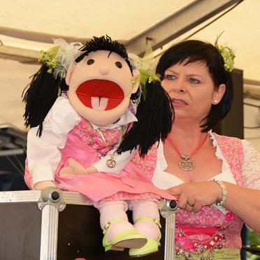 Bauchrednerin Ulrike Weiß, beim Sommerfest im Parkstift Aeskulap zum 50sten Geburtstag von KWA