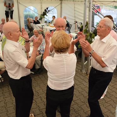 Seniorentanzgruppe des Wohnstifts, beim Sommerfest im Parkstift Aeskulap zum 50sten Geburtstag von KWA