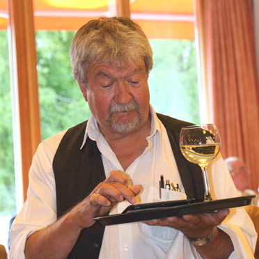 Der bekannte Konstanzer Fasenachter Norbert Heizmann parodierte einen empörten Kellner.