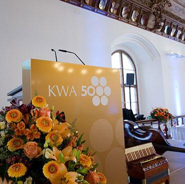Kurz vor dem Beginn der Jubiläumsfeier 50 Jahre KWA: die Bühne im Festsaal des Alten Rathauses in München.
