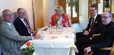 Ein kleines Get-Together vor Beginn der 50-Jahre-KWA-Feier; von links: Gast Joachim Hagelskamp vom Paritätischen, KWA Vorstand Dr. Stefan Arend, Stiftsdirektorin Monika Belowski, die KWA Aufsichtsräte Dr. Ekkehart Meroth und Prof. Roland Schmidt