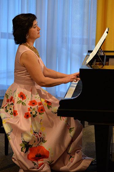 Am Klavier begleitet ihn seine Frau Marina Kaljushny: beim Konzert zur Feier des Jubiläums 50 Jahre KWA im Hanns-Seidel-Haus.