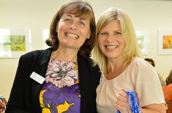 """Edith Hochrain (Persönliche Assistenz) und Kundenbetreuerin Susann Treese feierten das Jubiläum """"ihres"""" Hauses."""