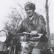 Ilse Thouret, die sportlich überaus erfolgreiche Mutter von Elga, auf einer ihrer Maschinen, mit denen sie an Motorradrennen teilnahm