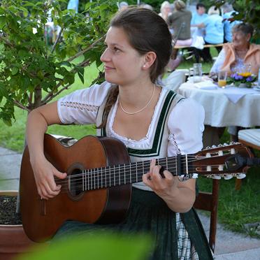 """Magdalena Hagn von der """"Haustischmusi Rottach"""" bei der Feier im Rupertihof zum 50sten Geburtstag von KWA Kuratorium Wohnen im Alter"""