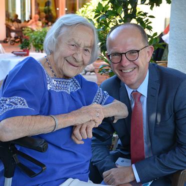 Bewohnerin mit KWA Vorstand Dr. Stefan Arend, 45 Jahre KWA Stift Rupertihof