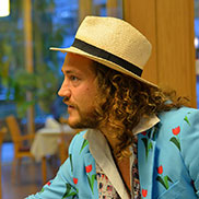 Schon wieder dieser frühlingshaft gekleidete junge Herr, auf den bei der Feier ganz, ganz viele blicken. Nicht nur der Kleidung halber.
