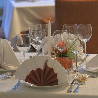 An einem liebevoll eingedeckten Tisch feiert es sich noch mal so schön.
