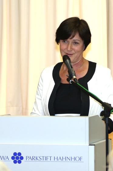 Margret Mergen (Oberbürgermeisterin von Baden-Baden) bei ihrer Ansprache, sie verglich das Haus mit der Blüte eines Rosenstocks