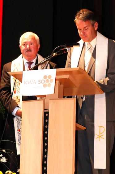 Pfarrer Hans Eder (links) und Pfarrer Jochen Pickel, KWA wird 50 Jahre und das KWA Bildungszentrum begrüßt 170 neue Schüler