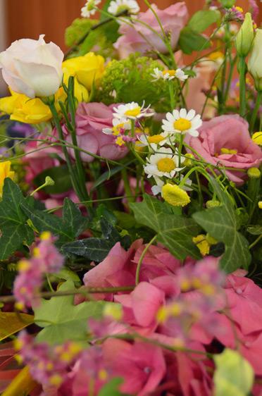 Wunderschöner Blumenschmuck am Rednerpult.