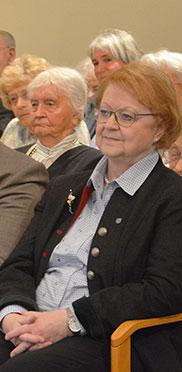 Die Zweite Bürgermeisterin von Ottobrunn Monika Modrow-Lange lauscht aufmerksam den Festrednern.