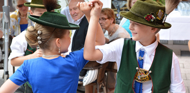 Tanz der jungen Hirschbergler bei der Feier im Rupertihof zum 50sten Geburtstag von KWA Kuratorium Wohnen im Alter