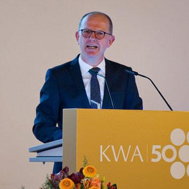 KWA Vorstand Dr. Stefan Arend begrüßt die Festgäste zur Jubiläumsfeier im Alten Rathaus in München