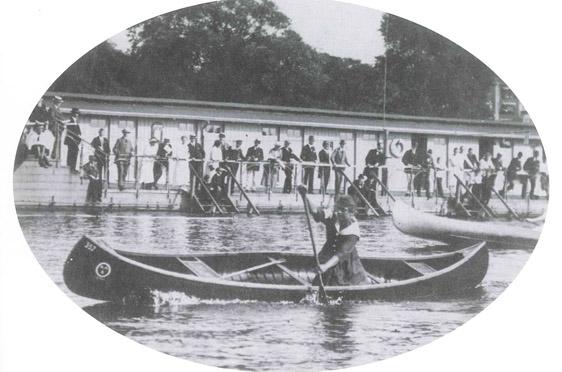Ilse Thouret wurde drei Mal deutsche Kanu-Meisterin; das Bild zeigt sie bei der Meisterschaft 1921 - da war sie mit Elga schwanger