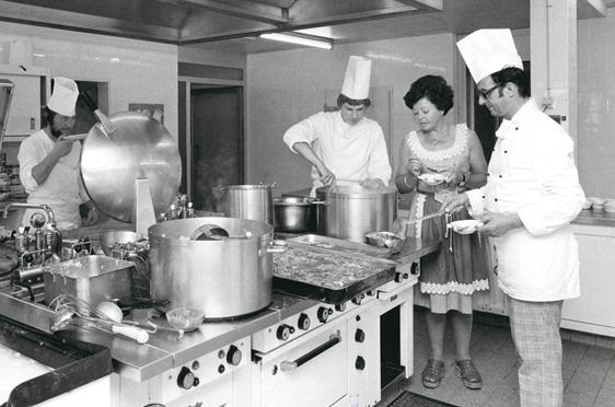 Hausleiterin der Rosenau Irmgard Ziekursch mit Chefkoch Fischer, der in Konstanz Zunftmeister war