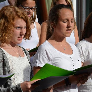 Sängerinnen des Jugendchors Schaftlach bei der Feier im Rupertihof zum 50sten Geburtstag von KWA Kuratorium Wohnen im Alter