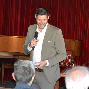 Marius Schulze Beiering moderierte die Gesprächsrunde, er kennt das Haus gut - heute ist er selbst Stiftsdirektor, noch vor wenigen Jahren hatte er das Kurstift als Trainee kennengelernt.