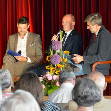 Anstelle von Ansprachen gab es eine Gesprächsrunde, bei der die Gäste so einiges erfuhren. Von links: Ileana Rupp, Manfred Zwick, Marius Schulze Beiering (KWA Stiftsdirektor in Baden-Baden), Jonathan Berggötz (Bürgermeister), Bernhard Jaeckel (Pfarrer).
