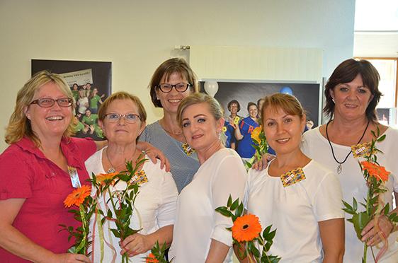 """Das Team der Hauswirtschaft unter der Leitung von Christine Pfaff (3. v. l.) hatte das Kurstift """"herausgeputzt"""" für die Jubiläumsfeier."""