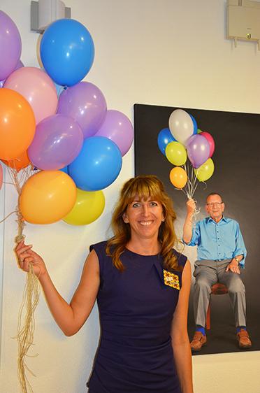 Die Zeitreise bei der Jubiläumsfeier führte auch durchs Jahr 1983, als Popsängerin Nena 99 Luftballons besang - hier im Bild hält Ileana Rupp einige davon, genau wie hinter ihr auf einem Bild ein Stiftsbewohner.