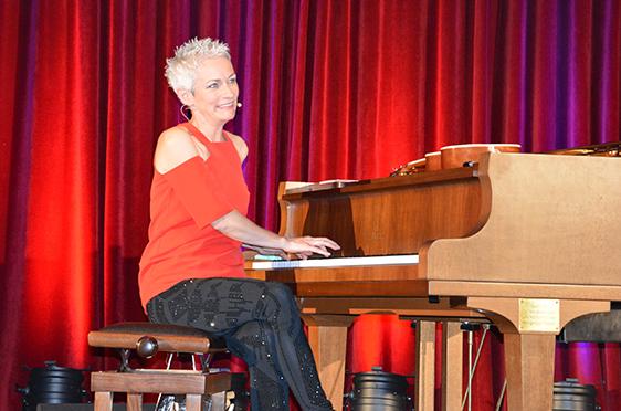 Kabarettistin Tina Häussermann begeisterte das Publikum mit verschiedenen Einlagen.