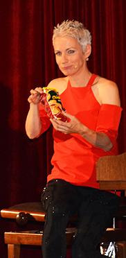 Tina Häussermann mit Chipstüte - da konnte sich so mancher im Publikum in die Kabarettistin hineinversetzen.
