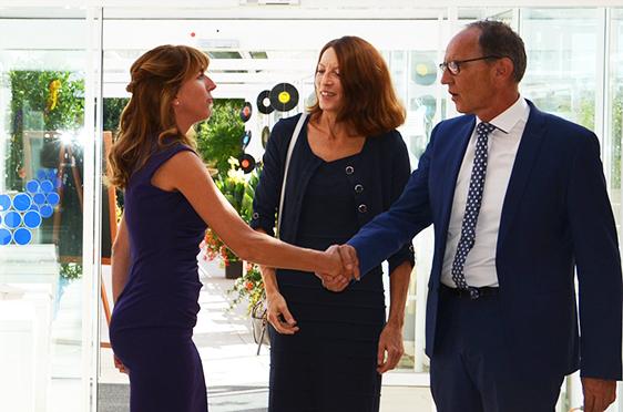 Stiftsdirektorin Ileana Rupp (links) konnte als Repräsentanten des Unternehmens den KWA Prokuristen Manfred Zwick begrüßen, der in Begleitung seiner Frau kam.