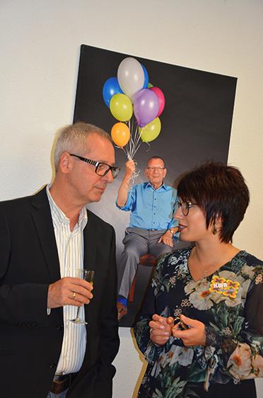 Der Musiker und Kooperationspartner Thomas Hogg im Austausch mit der KWA Kundenbetreuerin Carina Hirt.