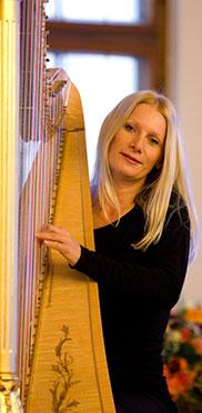 Harfinistin Evelyn Huber, Mitglied des Ensembles Quadro Nuevo.