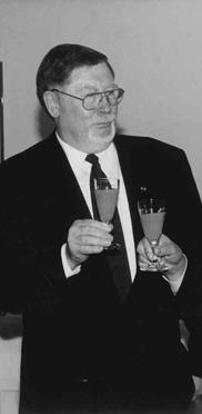 links: Dr. Wilhelm Faltlhauser, Vorsitzender des Verwaltungsrats im 1977 gegründeten Dachverein: Kuratorium Wohnen im Alter; rechts: Finanzpräsident Heinrich Kraus