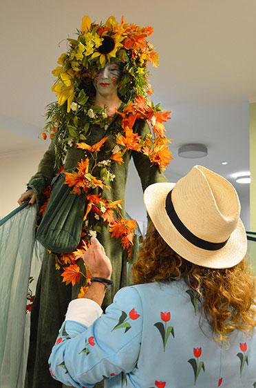 Indessen tut sich vor dem Festsaal Erstaunliches: Herbstlaub versus Tulpen! - Was das wohl zu bedeuten hat?