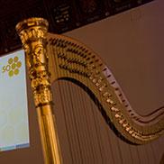 Auch Musik wird es natürlich zum Festakt geben, die Harfe verrät es schon - doch von wem? Das bleibt vorerst noch offen.