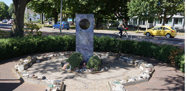 Die Weltfriedensflamme brennt vor dem Friedenspalast in Den Haag