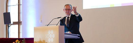 KWA Vorstand Dr. Stefan Arend begrüßt die Landtagsabgeordnete Kerstin Schreyer zum Festakt: Sie ist KWA seit vielen Jahren verbunden.