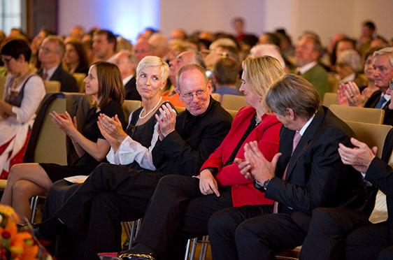 Kerstin Schreyer (im roten Blazer) bekommt Applaus von den Festgästen.