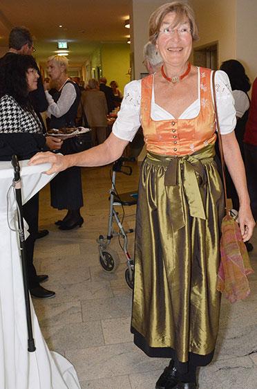 Und diese Dame präsentiert ihr Festtags-Dirndl.