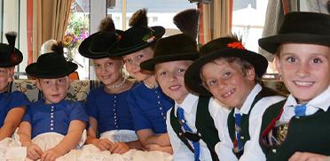 Die jungen Hirschbergler vor ihrem Auftritt bei der Feier im Rupertihof zum 50sten Geburtstag von KWA Kuratorium Wohnen im Alter