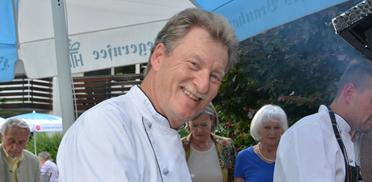 Küchenchef Holger Jeensch hier am Grill, bei der Feier im Rupertihof zum 50sten Geburtstag von KWA Kuratorium Wohnen im Alter