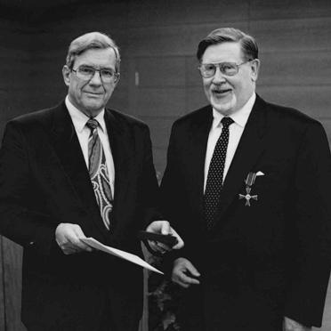 Bundesverdienstkreuz am Bande für Hermann Beckmann, verliehen am 12.11.1992 durch Gebhard Glück, Bayer. Staatsminister für Arbeit, Familie und Sozialordnung