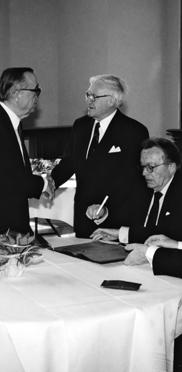 Unterschriften zur Verschmelzung der regionalen Trägervereine am 1. April 1996. Der neue Verein ist: KWA Kuratorium Wohnen im Alter e.V.