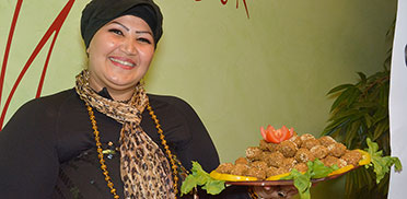 Basima Mustafa aus Syrien serviert Spezialitäten aus ihrer Heimat ...