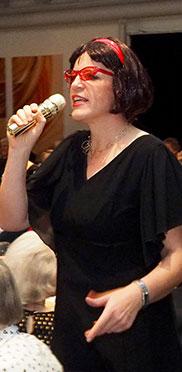 Mitarbeiterin Andrea Wurm als Sängerin.